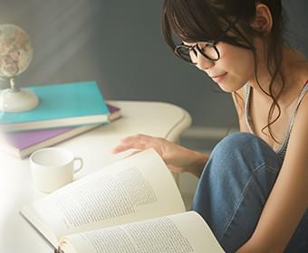 辞典を読む女性